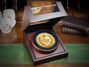 st queens 90th guernsey c2a350 10oz gold coin in box - SIX Remarkable Commemoratives that Celebrate Her Majesty's 90th Birthday