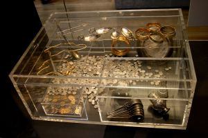 Hoxne Hoard: Display case at the British Museum showing a reconstruction of the arrangement of the hoard treasure when excavated in 1992. Photograph by Mike Peel (www.mikepeel.net).